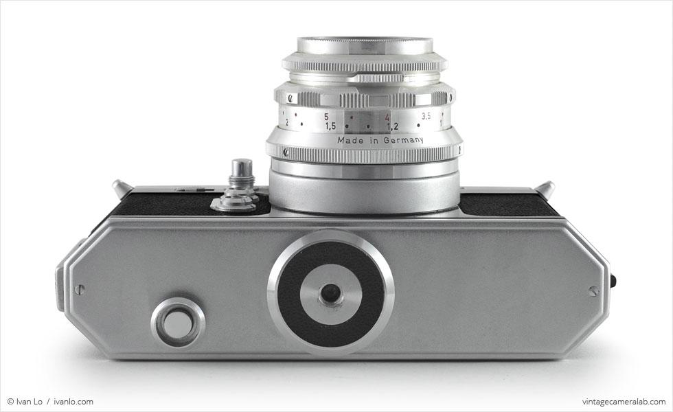 Wirgin Edixa Flex (bottom view, with Schneider-Kreuznach Edixa-Laudar 50mm f/2.8)
