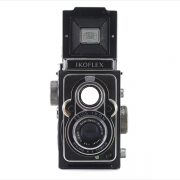 Zeiss Ikon Ikoflex IIa (front view, viewfinder open)